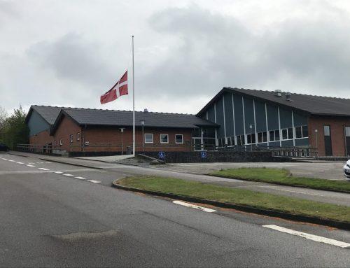 Flaget på halv ved Rask Mølle hallerne